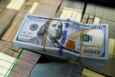 Долларовые банкноты в отделении банка Kasikornbank в Бангкоке. 12 мая 2016 года. Доллар торгуется вблизи минимума восьми недель к евро в пятницу и может показать недельный спад к основным валютам-соперникам, поскольку протокол июльского заседания ФРС США показал, что представители американского ЦБ не торопятся повышать ставку. REUTERS/Athit Perawongmetha