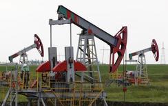 Насос-качалка на нефтяном месторождении Бузовязовское. Нефть Brent подешевела в пятницу, ранее достигнув максимума восьми недель, поскольку слабость фундаментальных факторов развеяла рыночный оптимизм, возникший на фоне ожиданий переговоров о возможной заморозке добычи, однако фьючерсы на нефть всё ещё могут показать рост третью неделю подряд. REUTERS/Sergei Karpukhin/File Photo