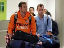 Nadadores dos EUA Jack Conger e Gunnar Bentz desembarcam em Miami após voo que saiu do Rio. 19/08/2016 REUTERS/Gaston De Cardenas