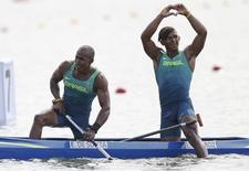 Brasileiros Erlon de Souza (E) e Isaquias Queiroz (D) comemoram conquista de medalha de prata na Rio 2016 20/08/2016 REUTERS/Marcos Brindicci