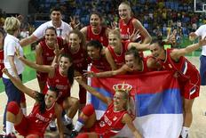 Jogadoras da Sérvia comemoram conquista da medalha de bronze na Olimpíada Rio 2016 20/08/2016 REUTERS/Jim Young