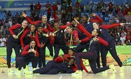 Jogadoras da seleção de basquete dos Estados Unidos comemoram medalha de ouro conquistada na Rio 2016 20/06/2016 REUTERS/Jim Young