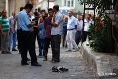 Сотрудники полиции у места взрыва смертника в турецком Газиантепе 21 августа 2016 года. По меньшей мере 50 человек погибли в результате взрыва, устроенного экстремистом-смертником среди танцующих на свадебном торжестве на улице турецкого Газиантепа, сообщили местные власти. REUTERS/Osman Orsal