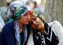 Женщины скорбят у больничного морга в турецком Газиантепе, где взрыв смертника на свадьбе унес десятки жизней. Фото от 21 августа 2016 года. REUTERS/Osman Orsal