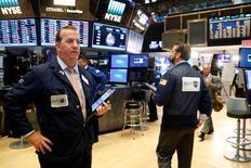 La Bourse de New York a fini la séance de lundi sans grand changement, dans l'attente des déclarations que doit faire cette semaine Janet Yellen, la présidente de la Réserve fédérale. L'indice Dow Jones a perdu 0,12% à 18.529,42 points. /Photo prise le 22 août 2016/REUTERS/Brendan McDermid