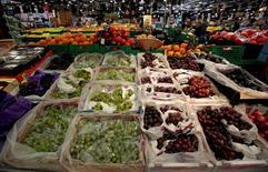 Les prix des fruits et des légumes ont atteint cette année un record en France, avec une hausse respective de 18% et 10% par rapport à 2015. /Photo d'archives/REUTERS/Eric Gaillard