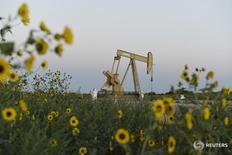 Станок-качалка Devon Energy Production Company близ Гатри, Оклахома 15 сентября 2015 года. Цены на нефть подскочили на 2 процента в ходе торгов вторника, отыграв первоначальные потери после сообщения Рейтер о том, что Иран поддержать совместные меры стран ОПЕК, направленные на стабилизацию нефтяного рынка. REUTERS/Nick Oxford