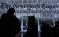 Люди в очереди на такси у редакции газеты New York Times в Нью-Йорке 7 февраля 2013 года. Московское бюро New York Times подверглось кибератаке, предположительно, из России, сообщила редакция ведущего американского издания, подтвердив сообщения коллег, сославшихся на спецслужбы. REUTERS/Carlo Allegri