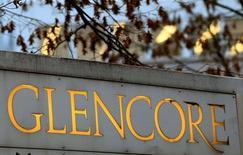 Логотип Glencore перед штаб-квартирой компании в Баре, Швейцария. Скорректированная прибыль швейцарской торговой и горнодобывающей группы Glencore до вычета процентов, налогов, износа и амортизации (EBITDA) в первой половине 2016 года упала на 13 процентов до $4 миллиардов. REUTERS/Arnd Wiegmann/File Photo