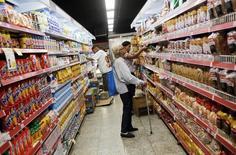 Consumidores miran los precios en un supermercado en Río de Janeiro, Brasil, 6 de mayo de 2016. La confianza del consumidor de Brasil subió por cuarto mes consecutivo en agosto y alcanzó su mayor nivel en más de un año y medio, dijo el miércoles la privada Fundación Getulio Vargas. REUTERS/Nacho Doce