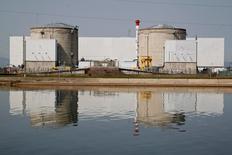 EDF et l'État sont parvenus à un accord sur une indemnisation de 400 millions d'euros pour la fermeture de la centrale nucléaire de Fessenheim, une part fixe à laquelle pourra s'ajouter une part variable, selon une source proche du dossier. /Photo d'archives/REUTERS/Vincent Kessler