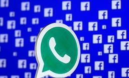 El logo de WhatsApp impreso en 3d, con el logo de Facebook en el fondo. Fotografía ilustrativa tomada el 28 de abril de 2016. WhatsApp, el popular servicio de mensajería de Facebook, comenzará a compartir los números de teléfono de sus usuarios con su matriz, lo que le permitirá enviar anuncios publicitarios personalizados y recomendaciones de amigos para la red social. REUTERS/Dado Ruvic/Illustration