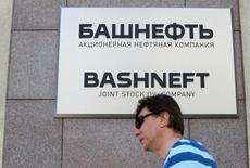 Здание Башнефти в Москве. Министр экономики РФ Алексей Улюкаев назвал в числе причин заморозки приватизации национализированной в 2014 году нефтяной компании Башнефть оценку конъюнктуры рынка и готовности инвесторов, добавив, что продажа нефтяных активов, в том числе Роснефти, может состояться в любой момент. REUTERS/Sergei Karpukhin