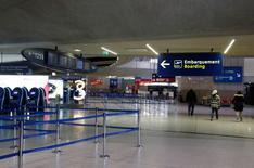 Air France a mis en garde jeudi contre les risques sur sa compétitivité qu'aurait la mise en oeuvre d'une taxe sur les billets d'avions pour financer la liaison Roissy CDG Express. /Photo d'archives/REUTERS/Jacky Naegelen