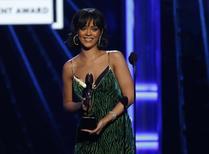 Cantora Rihanna recebe prêmio em Las Vegas 22/05/2016 REUTERS/Mario Anzuoni