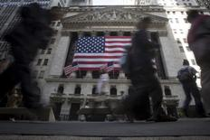 La légère révision à la baisse de la croissance de l'économie américaine au deuxième trimestre n'a pas ému la Bourse de New York, qui a ouvert vendredi sur un mode prudent à l'approche du discours très attendu que Janet Yellen, la présidente de la Réserve fédérale, doit prononcer dans le cadre du symposium de Jackson Hole. L'indice Dow Jones gagne 37,53 points, soit 0,2%, à 18.485,94 dans les premiers échanges. Le Standard & Poor's 500, plus large, progresse de 0,21% à 2.177,09 et le Nasdaq Composite prend 0,15% à 5.220,19. /Photo d'archives/REUTERS/Carlo Allegri