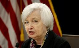 Джанет Йеллен на пресс-конференции в Вашингтоне. Вероятность повышения ставки ФРС выросла в последние месяцы благодаря улучшению показателей рынка труда и ожиданиям умеренного экономического роста, сказала глава Федрезерва Джанет Йеллен в пятницу. REUTERS/Kevin Lamarque/File Photo