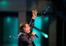 Foto de archivo de Gabriel cantando en la entrega de los Grammy Latinos en Las Vegas El extravagante cantante mexicano Juan Gabriel, quien por más de cuatro décadas fue sinónimo de balada romántica en América Latina, murió el domingo a los 66 años de un infarto fulminante, informó el conglomerado de medios Televisa.      REUTERS/Mario Anzuoni