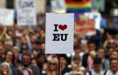 El ministro de Economía de Alemania, Sigmar Gabriel, dijo el domingo que si el proceso de salida de Reino Unido de la Unión Europa es mal gestionado y otros estados miembros le siguen los pasos, Europa podría quedar arruinada. En la imagen, una manifestación a favor de la pertenencia de Reino Unido a la UE en Londres, el 2 de julio de 2016. REUTERS/Neil Hall