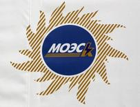Плакат с логотипом МОЭСК на церемонии открытия зарядной станции для электромобилей в Москве. 28 февраля 2012 года. Чистая прибыль крупнейшей в РФ распределительно-сетевой компании МОЭСК по международным стандартам отчетности рухнула в первом полугодии 2016 года втрое к тому же периоду годом ранее, следует из ее отчета. REUTERS/Sergei Karpukhin