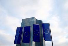 Флаги ЕС перед штаб-квартирой ЕЦБ во Франкфурте-на-Майне. 3 декабря 2015 года. Европейский центральный банк должен придерживаться текущей денежно-кредитной политики, сказал глава ЦБ Франции в среду, подкрепив мнения о том, что регулятор не станет менять курс в ходе заседания на следующей неделе. REUTERS/Ralph Orlowski/File Photo