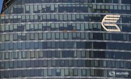 Логотип ВТБ на здании в Москве 20 ноября 2014 года. Второй по величине госбанк РФ ВТБ сообщил о завершении сделки по продажекрупнейшего в Болгарии телекоммуникационного оператора Vivacom, в результате которой британская дочка госбанка получила 20 процентов минус одну акцию в купившем Vivacom консорциуме Viva Telecom.   REUTERS/Maxim Zmeyev