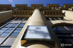 Логотип АФК Система на штаб-квартире холдинга в Москве 17 сентября 2014 года. Многопрофильный холдинг АФК Система продал 50 процентов акций железнодорожного оператора СГ-Транс, сообщила компания в среду. REUTERS/Maxim Shemetov
