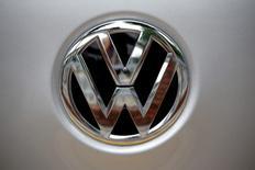 """El logo de Volkswagen visto en una concesionaria en Seúl, Corea del Sur. 2 de agosto de 2016. Volkswagen AG podría alcanzar tan pronto como en octubre un acuerdo """"final"""" con las autoridades de Estados Unidos para sus autos de motores más potentes a diesel involucrados en el escándalo por la manipulación de pruebas de emisión de gases, dijo el jefe de ventas de su marca de lujo Audi. REUTERS/Kim Hong-Ji - RTSKMRE"""