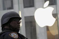 Нью-йоркский полицейский у магазина Apple 11 марта 2016 года. США обвинили Евросоюз в присвоении доходов от предназначавшихся американской казне налогов на $14,5 миллиарда, которые европейский регулятор задним числом насчитал Apple. REUTERS/Brendan McDermid
