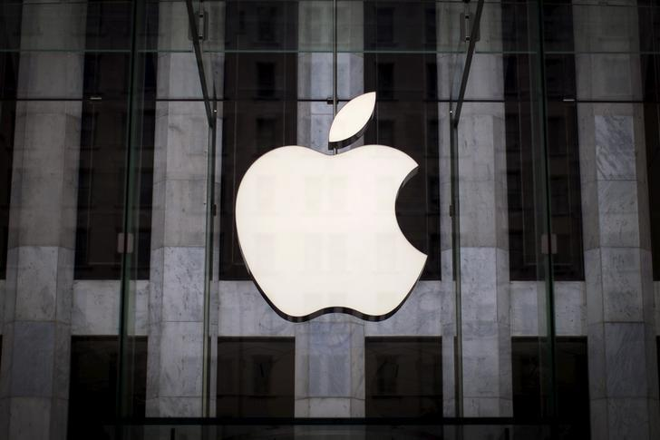 An Apple logo hangs above the entrance to the Apple store on 5th Avenue in the Manhattan borough of New York City, July 21, 2015. REUTERS/Mike Segar/File Photo - RTX2NQ7C