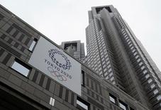 Logo dos Jogos de Tóquio 2020 visto em prédio do governo em Tóquio.      15/06/2016              REUTERS/Toru Hanai