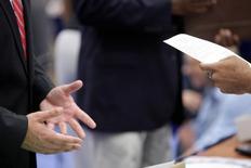 Homem entregando currículo durante feira de empregos em Washington.   11/06/2013     REUTERS/Jonathan Ernst/File Photo