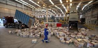 Funcionário visto em fábrica em Pindamonhangaba. 19/06/2015 REUTERS/Paulo Whitaker
