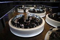 A l'exception de Londres, les Bourses européennes étaient en légère hausse lundi vers la mi-séance, portées essentiellement par le secteur pétrolier et celui des matières premières dans un contexte d'envolée des cours du brut après l'annonce d'une coopération entre la Russie et l'Arabie saoudite sur le marché pétrolier. À Paris, le CAC 40 prend 0,37% à 4.558,98 points vers 10h40 GMT. À Francfort, le Dax gagne 0,22% mais, à Londres, le FTSE perd 0,16%. L'indice paneuropéen FTSEurofirst 300 avance de 0,21% et l'EuroStoxx 50 de la zone euro de 0,27%. /Photo d'archives/REUTERS/Lisi Niesner