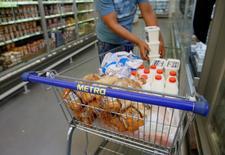 Le directoire et le conseil de surveillance de Metro ont approuvé lundi la scission en deux du distributeur allemand. Ses activités dans l'alimentaire seront regroupées au sein d'une entité cotée séparément tandis que l'électronique grand public restera dans le périmètre actuel du groupe. /Photo prise le 17 août 2016/REUTERS/Valentyn Ogirenko