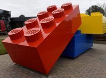 LEGO a annoncé mardi un ralentissement de la croissance de son chiffre d'affaires et de ses bénéfices au premier semestre 2016, mais uniquement parce qu'il a besoin de temps pour renforcer sa capacité de production face à une demande croissante en Amérique du Nord. /Photo prise le 1er mars 2016/REUTERS/Fabian Bimmer