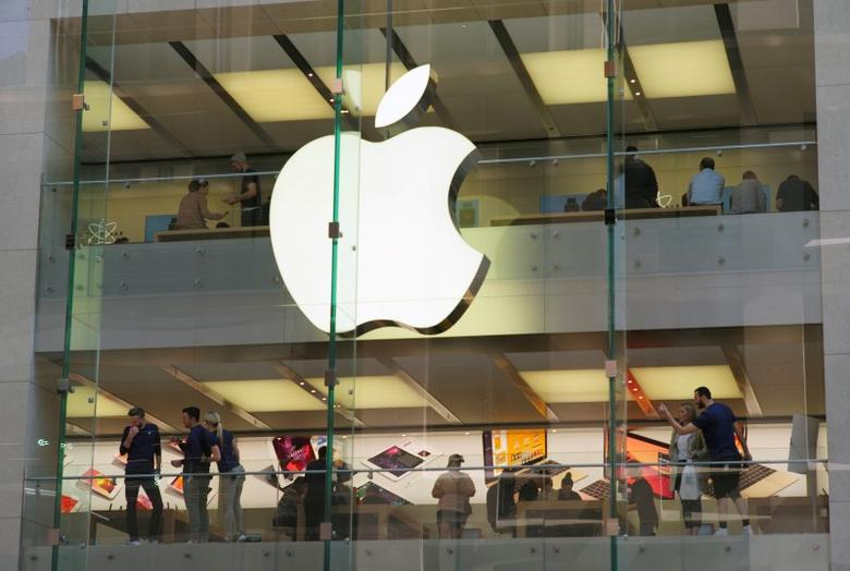 Customers and employees are shown through Apple's Australian flagship store in Sydney, September 7, 2016.     REUTERS/Jason Reed