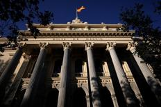 El selectivo español vivió una nueva jornada alcista y, al calor de los grandes valores, superó los 9.000 puntos, una cota no vista desde finales de mayo de este año. En la imagen, una bandera española ondea en la fachada del edificio de la Bolsa de Madrid, el 1 de junio de 2016. REUTERS/Juan Medina