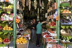 Imagen de archivo de una frutería en Madrid, el 20 de julio de 2015. Los precios mundiales de los alimentos repuntaron en agosto a su nivel más alto desde mayo de 2015, debido a que aumentos en los costos de productos lácteos, aceites y azúcar contrarrestaron una baja de los de los cereales, dijo el jueves la Organización de Naciones Unidas para la Agricultura y la Alimentación. REUTERS/Juan Medina