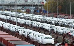 Autos de Volkswagen cargados en un tren en la fábrica de la compañía en Wolfsburgo, Alemania. 9 de noviembre de 2015. El crecimiento de la economía alemana se desacelerará casi a la mitad en el 2017, ya que la decisión de Reino Unido de dejar la Unión Europea tendrá un impacto en los exportadores, dijo el jueves el Instituto DIW, aunque prevé un repunte de la actividad al 1,9 por ciento este año gracias a la robusta demanda. REUTERS/Fabian Bimmer/File Photo