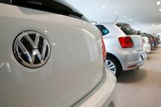 Volkswagen a nié jeudi avoir enfreint les codes de la consommation en vigueur dans l'Union européenne en trichant sur les émissions polluantes de ses moteurs diesel. /Photo d'archives/REUTERS/Arnd Wiegmann