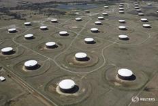Нефтехранилища в Кушинге, Оклахома 24 марта 2016 года. Цены на нефть снизились на фоне фиксации прибыли в пятницу, закрывшись 4-процентным ростом днем ранее, после неожиданно резкого сокращения запасов в США на фоне падения импорта на американское побережье Мексиканского залива до рекордного минимума. REUTERS/Nick Oxford/File Photo