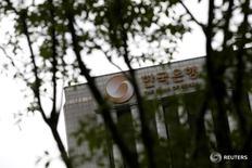 Здание Банка Кореи в Сеуле 14 июля 2016 года. Банк Кореи в пятницу сохранил процентную ставку на отметке 1,25 процента третий месяц подряд, как и ожидалось, выбрав осторожный подход на фоне растущей задолженности домохозяйств, в то же время изучая вероятность изменений денежно-кредитной политики США. REUTERS/Kim Hong-Ji