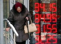 Женщина рядом с пунктом обмена валюты в Москве 21 января 2016 года. REUTERS/Sergei Karpukhin