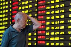 """Инвестор  смотрит на табло с  данными об акциях, Нанцзин, провинция Цзянсу.  Индекс китайских """"голубых фишек"""" снизился максимально за три месяца в понедельник, копируя резкое падение глобальных рынков, так как инвесторов встревожили слухи о возможном повышении ставки в США на следующей неделе, которые толкнули вверх доходность госбондов и оказали давление на китайскую валюту. China Daily/via REUTERS"""