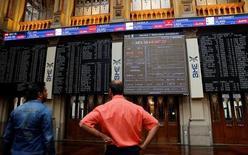 El Ibex-35 de la bolsa española cayó el lunes casi un dos por ciento perdiendo la cota de los 9.000 puntos que había reconquistado la semana anterior entre descensos generalizados en Europa. En la imagen de archivo, pnatallas electrónicas en la Bolsa de Madrid.  REUTERS/Andrea Comas