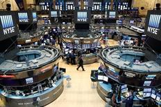 Operadores trabajando en la bolsa de Wall Street en Nueva York, ago 23, 2016. Una repentina alza del costo de la deuda gubernamental en el mundo ha inquietado a los mercados globales, lo que refleja la creciente preocupación entre los inversores de que los bancos centrales puedan haberse quedado sin ideas ni herramientas para estimular a las economías.   REUTERS/Brendan McDermid