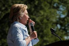 Кандидат в президенты США от демократов Хиллари Клинтон кашляет в ходе речи перед избирателями в Кливленде, Огайо, 5 сентября 2016 года. Онлайн-тотализаторы снизили ставки на победу Хиллари Клинтон на президентских выборах в США 8 ноября, после того, как мир облетело видео, на котором у 68-летней претендентки подкашиваются ноги. REUTERS/Brian Snyder