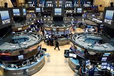 La Bourse de New York a fini en nette hausse lundi, saluant les déclarations du gouverneur de la Réserve fédérale Lael Brainard pour qui la banque centrale doit se garder de retirer le stimulant monétaire trop tôt. L'indice Dow Jones a gagné 1,32% à 18.324,38 points. /Photo prise le 23 août 2016/REUTERS/Brendan McDermid