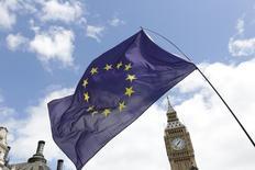 """Una bandera de la Unión Europea delante del reloj de la torre del Big Ben en Londres, Reino Unido, el 2 de julio de 2016. El negociador del Parlamento Europeo para la salida de Reino Unido de la Unión Europea dijo el martes que el """"Brexit"""" se concretaría para el 2019 y que Londres tendría que aceptar la libre circulación de personas si quiere mantener el acceso al mercado único del bloque. REUTERS/Paul Hackett"""